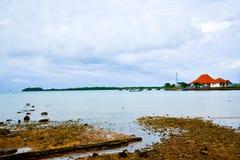 Bâtiment traditionnel simple de Smalll sur le port tranquille de pilier à l'air frais de lever de soleil de matin photo stock