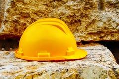 Bâtiment, travaux de sécurité : Casque antichoc, casque de chapeau de construction images stock