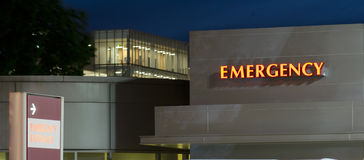 Bâtiment urgent de soins de santé d'hôpital local d'entrée de secours Photos stock