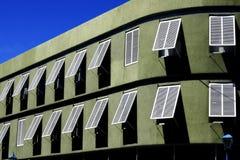 Bâtiment vert avec les fenêtres blanches photographie stock