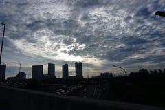 Bâtiment, ville et ciel blanc images libres de droits
