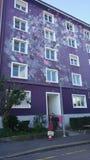 Bâtiment violet photographie stock