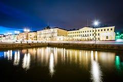 Bâtiments à la place du marché la nuit, à Helsinki, la Finlande Photo stock