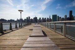 Bâtiments à Manhattan et la rivière Photos stock