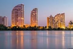 Bâtiments éclairés reflétés en eau de rivière Ville de soirée HDR Image libre de droits