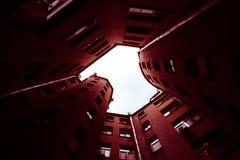 Bâtiments étroits bien à St Petersburg Au-dessous de la vue Photo stock