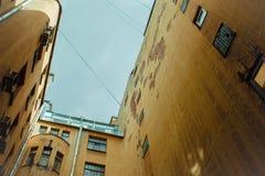 Bâtiments étroits bien à St Petersburg Au-dessous de la vue Image libre de droits