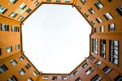 Bâtiments étroits bien à St Petersburg avec le ciel au-dessus des toits Au-dessous de la vue Image stock