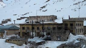 Bâtiments abandonnés couverts dans la neige banque de vidéos