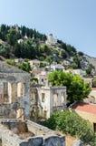 Bâtiments abandonnés devant les maisons et l'église Photographie stock libre de droits