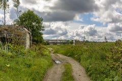 Bâtiments agricoles abandonnés près du village de Muya dans photos stock