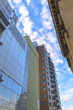 Bâtiments antiques et modernes, le ciel bleu Photo stock