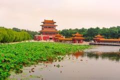 Bâtiments architecturaux antiques dans l'étang de lotus Photo stock