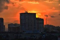 Bâtiments au coucher du soleil, juste la nuit colorée Azerbaïdjan Bakou d'exposition d'horizon Beau coucher du soleil de silhouet Images stock