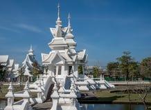 Bâtiments au temple blanc en Thaïlande image libre de droits