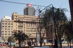 Bâtiments autour du parc par les bâtiments de gouvernement municipal de Gauteng photos libres de droits