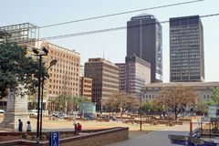 Bâtiments autour du parc par les bâtiments de gouvernement municipal de Gauteng images stock