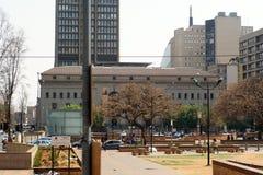 Bâtiments autour du parc par les bâtiments de gouvernement municipal de Gauteng images libres de droits