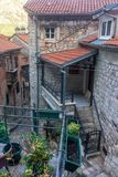 Bâtiments avec des fraises de tuile dans la vieille ville de Kotor, Monténégro photo libre de droits