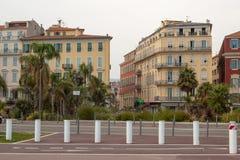 Bâtiments avec l'architecture méditerranéenne classique typique chez Georges Pompidou Square à Nice photos libres de droits