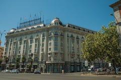 Bâtiments avec l'hôtel sur la rue passante avec des personnes et des voitures à Madrid images stock