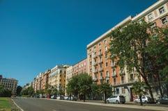 Bâtiments avec la façade colorée sur la rue en bois avec des voitures à Madrid image libre de droits