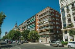 Bâtiments avec la façade colorée sur la rue en bois avec des voitures à Madrid photographie stock libre de droits