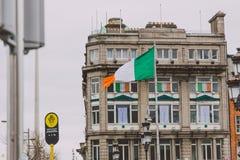 Bâtiments avec les drapeaux irlandais pendant le défilé 2018 du ` s de St Patrick à Dublin sur le pont de Connell de ` d'O au cen Images stock