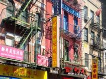 Bâtiments avec les signes chinois chez Chinatown à New York City Photo stock