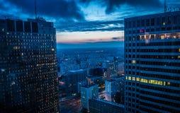 Bâtiments ayant beaucoup d'étages dans le coucher du soleil de Varsovie Photo stock