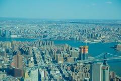 Bâtiments ayant beaucoup d'étages dans le paysage urbain de New York Images stock