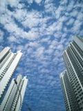 Bâtiments blancs grands contre un ciel bleu Images libres de droits