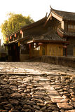 Bâtiments chinois antiques derrière la route en pierre dans la ville antique Photos libres de droits
