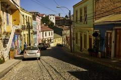 Bâtiments coloniaux sur Sunny Valparaiso Street coloré Photographie stock