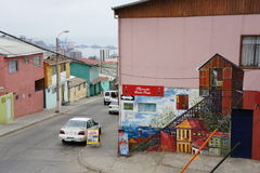Bâtiments colorés dans une scène de rue dans ValparaÃso Photo stock