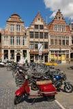 Bâtiments colorés dans Vrijdagmarkt gand belgium Photos stock