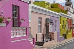 Bâtiments colorés en BO-Kaap photo stock