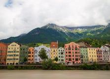 Bâtiments colorés le long de l'auberge de rivière à Innsbruck image stock