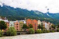 Bâtiments colorés le long de l'auberge de rivière à Innsbruck image libre de droits
