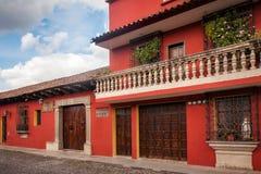 Bâtiments colorés sur la rue d'héritage à l'Antigua photos stock