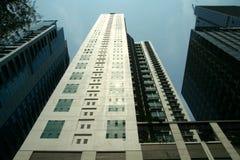 Bâtiments commerciaux et résidentiels ayant beaucoup d'étages Images libres de droits