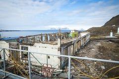 Bâtiments détruits dans Barentsburg, ville russe dans le Svalbard Photographie stock libre de droits