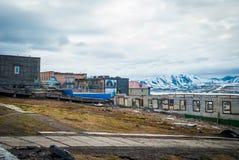 Bâtiments détruits dans Barentsburg, ville russe dans le Svalbard Photos stock