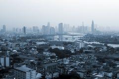 Bâtiments d'affaires à la ville de Bangkok avec l'horizon au lever de soleil, style monochrome, Thaïlande photo stock