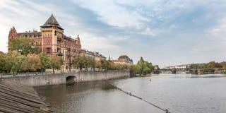 Bâtiments d'architecture de stupéfaction Prague et le remblai de la rivière de Vltava photos stock