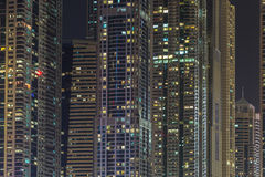 Bâtiments dans la marina de Dubaï - nightview Photo stock