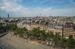 Bâtiments dans la place et le Tour Eiffel sur l'horizon vu du centre Georges Pompidou à Paris Images stock