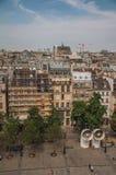 Bâtiments dans la place et le Tour Eiffel sur l'horizon vu du centre Georges Pompidou à Paris Photo libre de droits