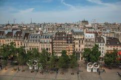 Bâtiments dans la place et le Tour Eiffel sur l'horizon vu du centre Georges Pompidou à Paris Photographie stock