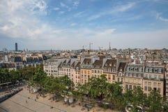 Bâtiments dans la place et le Tour Eiffel sur l'horizon vu du centre Georges Pompidou à Paris Photos stock